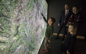 Kid discovering a map of imperial Rome in the History of Rome 3d show